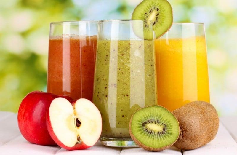 фруктовые смузи, соки детокс-вода