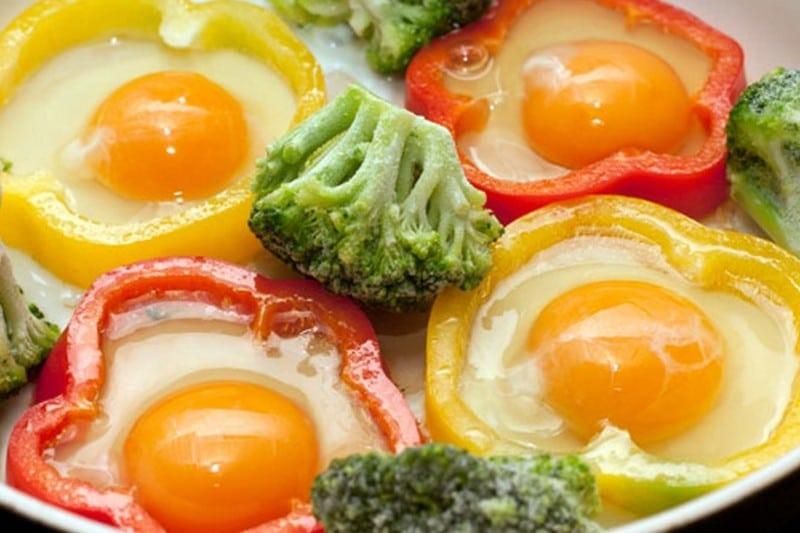 Яйца с овощами и фруктами