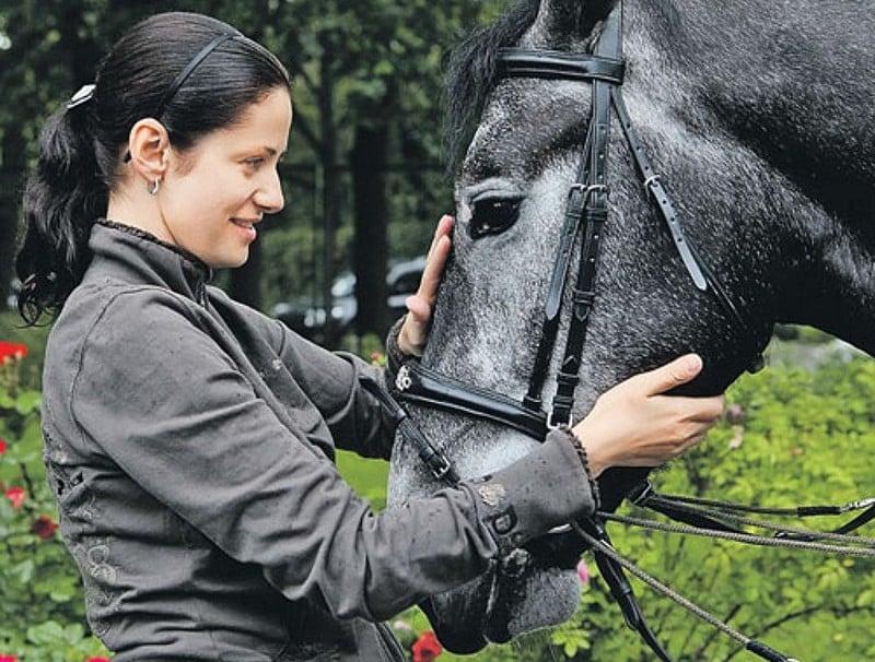 Анна Ковальчук фото с лошадью