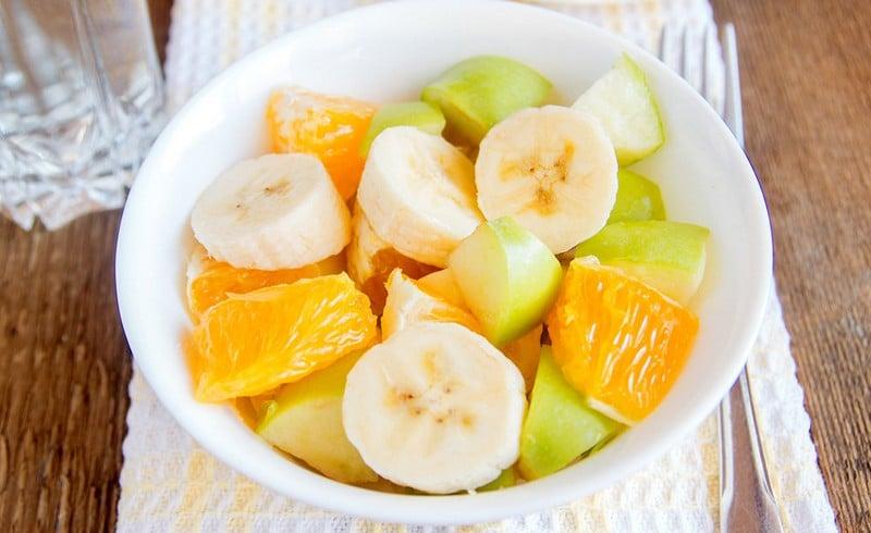Постный фруктовый салат из яблок, банана и апельсина