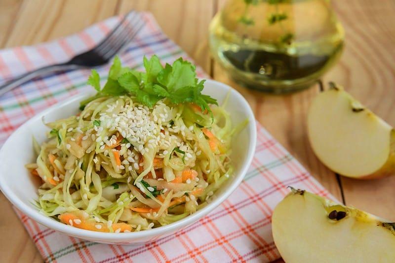 Салат из капусты, моркови, яблока