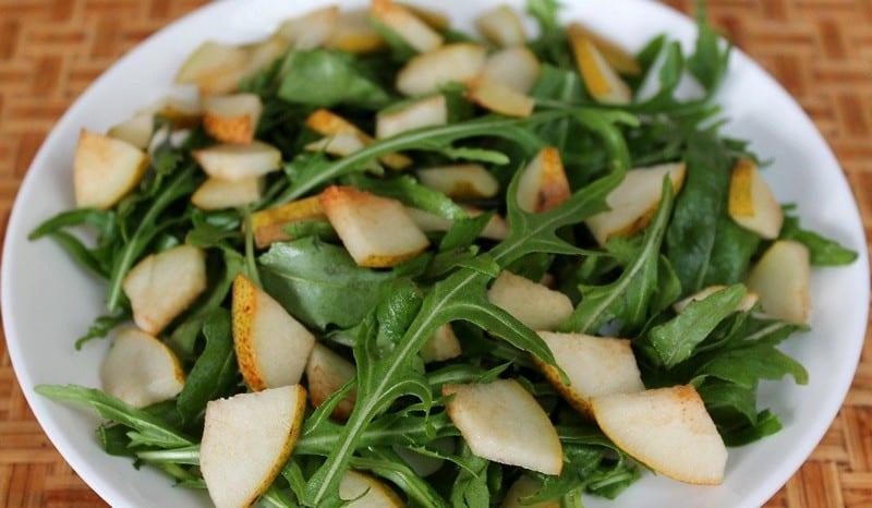 Салат из груши с рукколой и сельдереем
