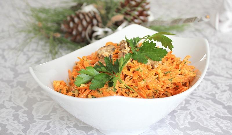 Салат зимний с орешками, морковью и сельдереем